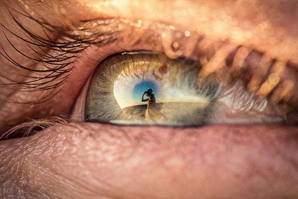 استفاده از بازتاب تصاویر در چشم